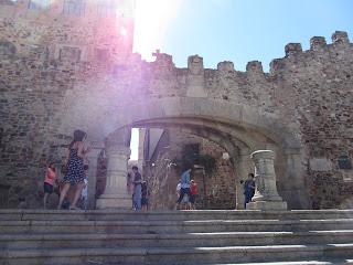 Arco de la Estrella, en la parte externa de la muralla se encuentra el escudo de Cáceres y en la interna la imagen de Nuestra Señora de la Estrella.
