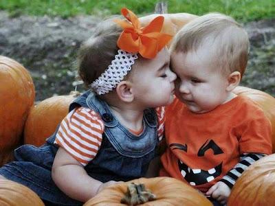 Tiernos bebes besandose