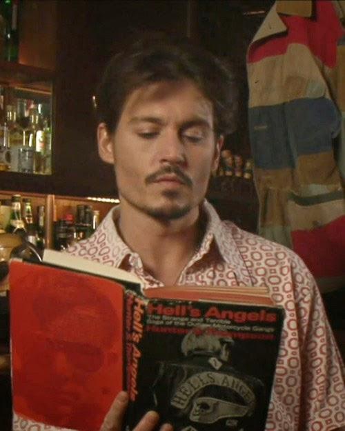 Johnny Depp lit un livre.