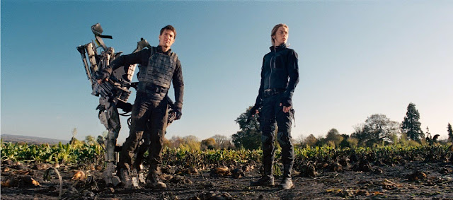 Tom Cruise as William Cage and Emily Blunt as Rita Vrataski in Edge of Tomorrow movie still.