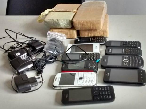 Drogas e material eletrônico foi apreendido no conjunto penal de Jequié (Foto: Wellington Ferreira/Blog Jequié Urgente)