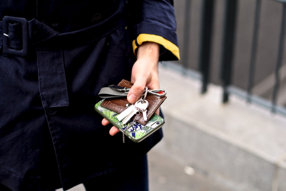 Alain-Figaret-Chemise_VicomteA-doudoune_Jeans-brut_Souliers-boucles_Minga-Berlin-chaussettes-colorées-_Cravate-tricottée-iphone6-Montblanc-portecarte_Blog-Mode-Homme-dandy-style_mensfashion-paris