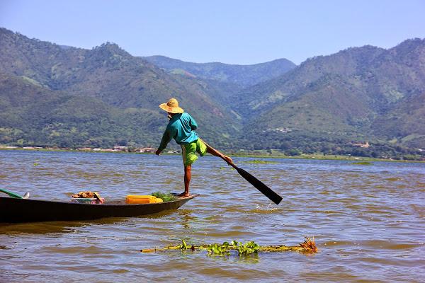 Pescador remando en el Lago Inle