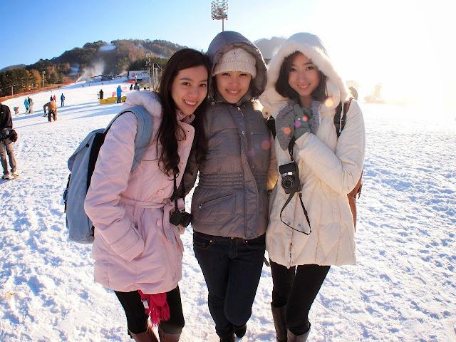 适逢进入韩国初冬,三位美姐(左起Zhiny、Erica和Fancy)也幸运能去到首日开放的龙平滑雪场参观,让三人兴奋不已