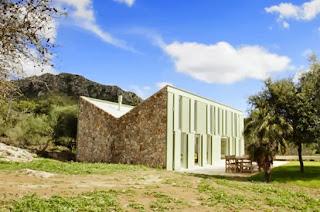 Casa de campo construida con piedra techo a dos aguas invertido ubicada en Mallorca