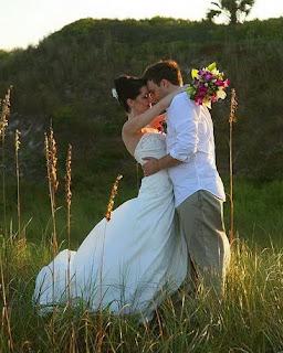 http://2.bp.blogspot.com/-BtQqwCVqvn8/TkU_wtCgRZI/AAAAAAAAFBs/4gEN6qKI_DU/s320/Wedding%2BCouple%2BHug%2BPhoto.jpg