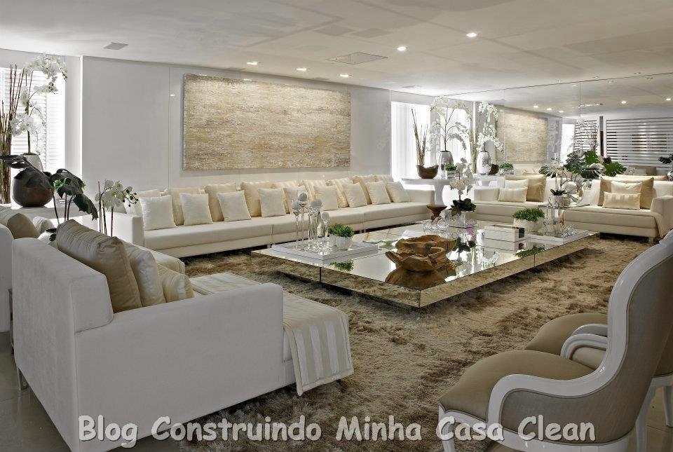 decoracao de sala luxo:Essa sala é um luxo! Sofás branco e creme! E que mesa de centro