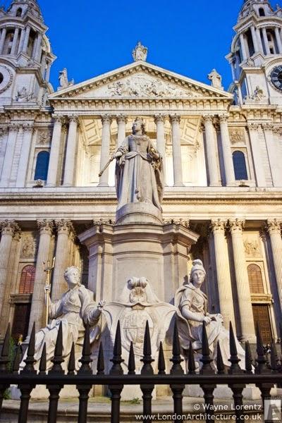 statuia-reginei-Anne-din-londra