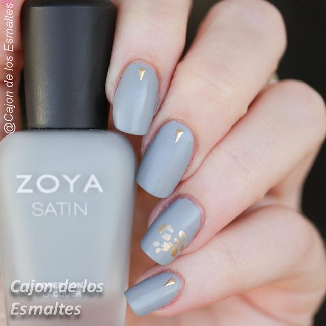 Decoración de uñas minimalista en gris y oro