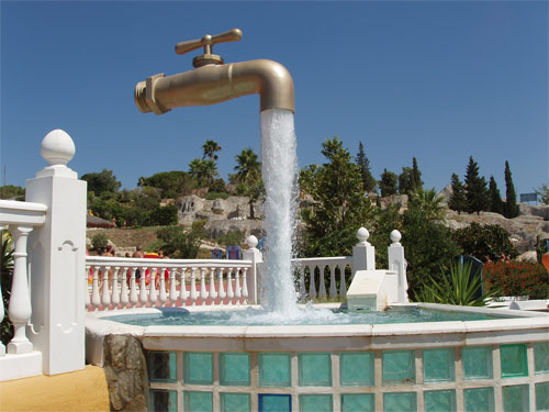 Парящий фонтан в виде крана
