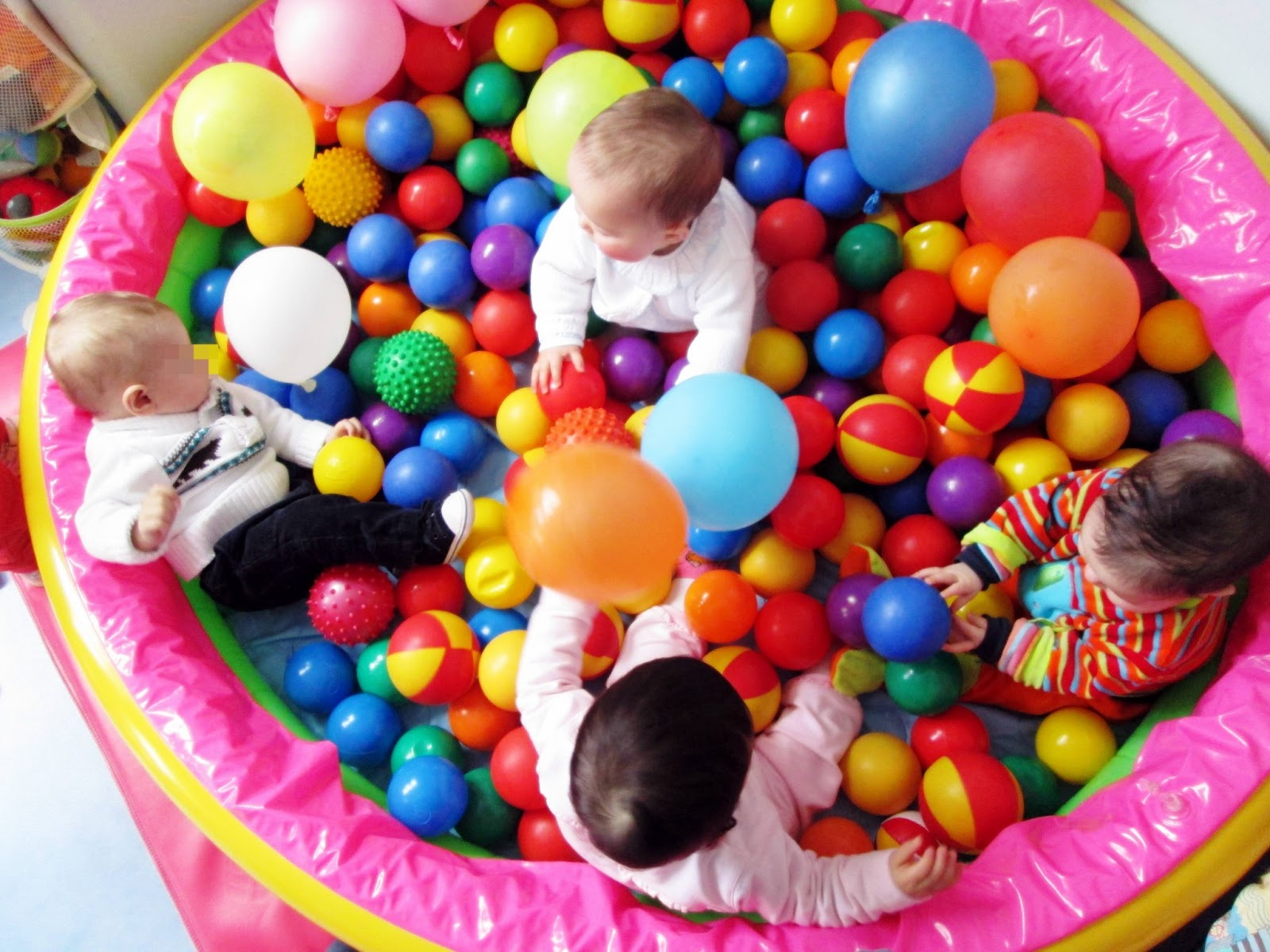 Sala dos beb s bolas e bal es for Piscina de bolas para bebes