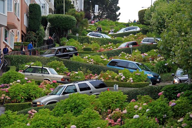 Zigue-zague na rua Lombard Street em San Francisco