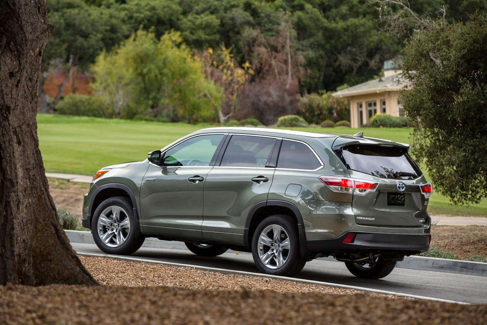 Rear 3/4 view of 2015 Toyota Highlander Hybrid Limited Platinum
