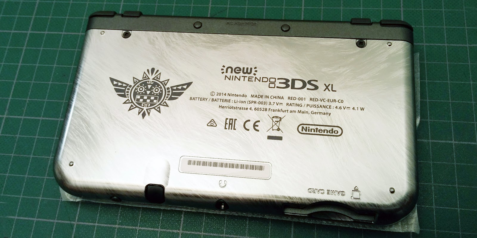 Image face arrière de la console New 3DS XL Monster Hunter 4 Ultimate édition