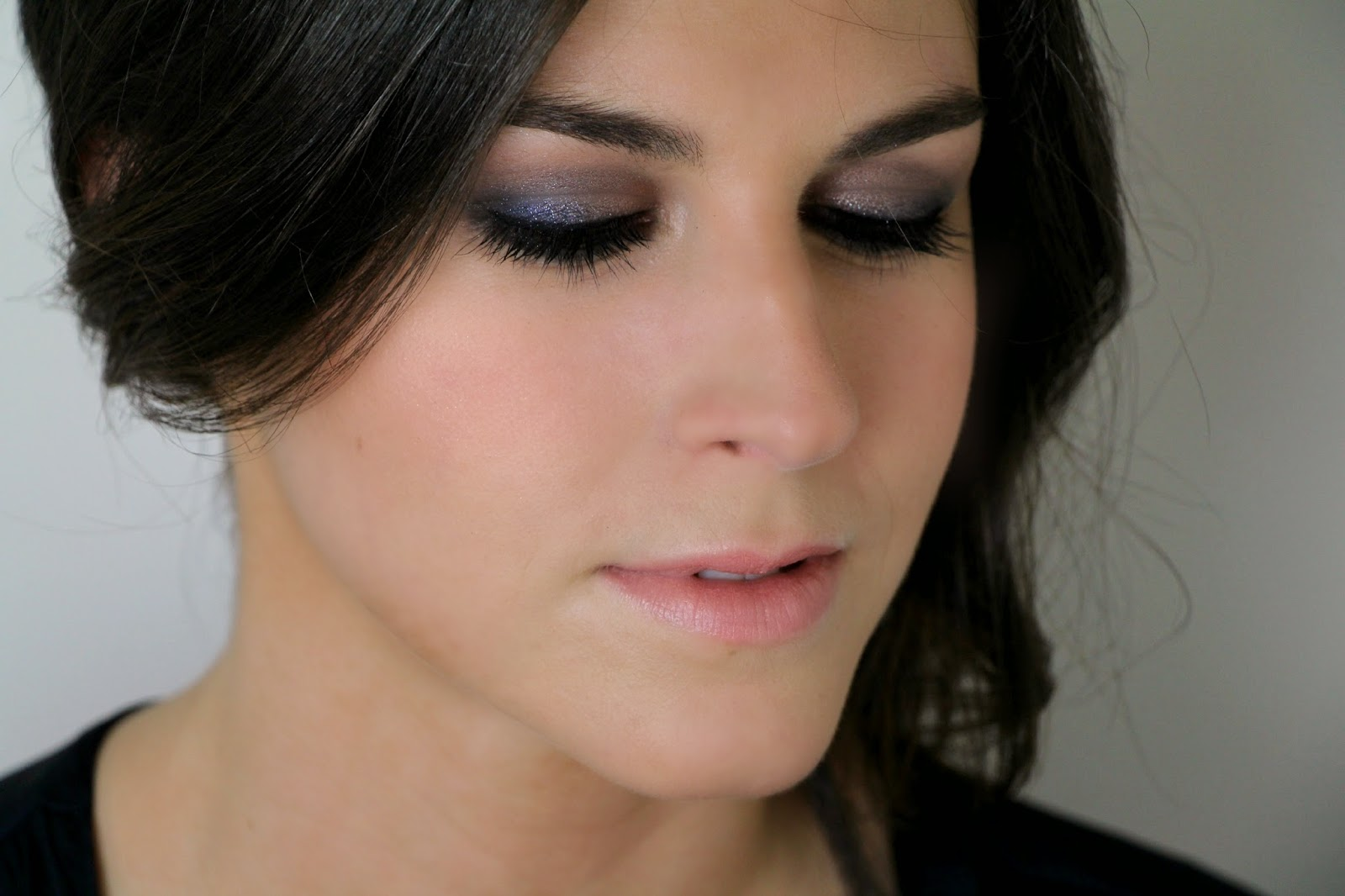 Maquillaje de dia para vestido azul oscuro