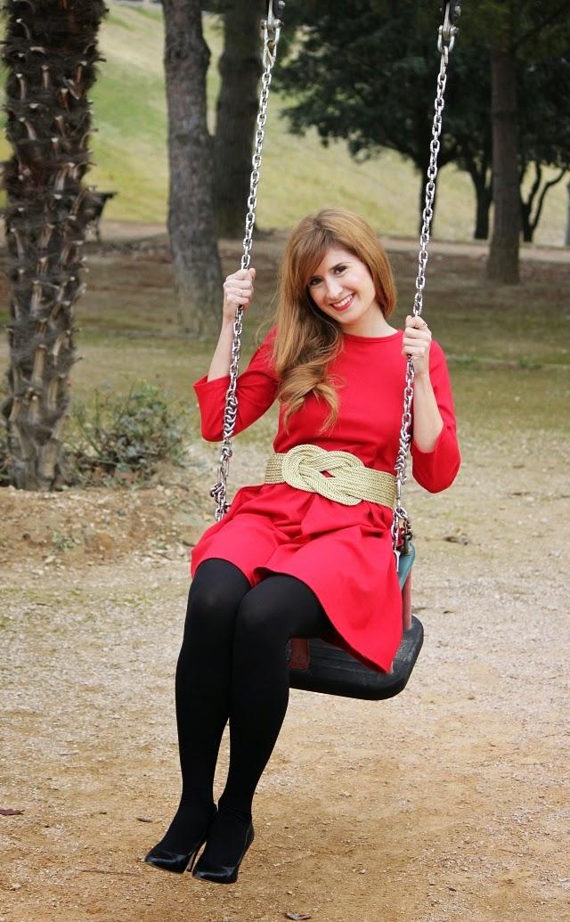 Vestido rojo con medias negras tupidas