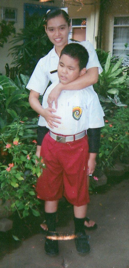Hendra ketika sekolah bersama Kak Petro yg sangat menyayanginya.....terima kasih Kak....