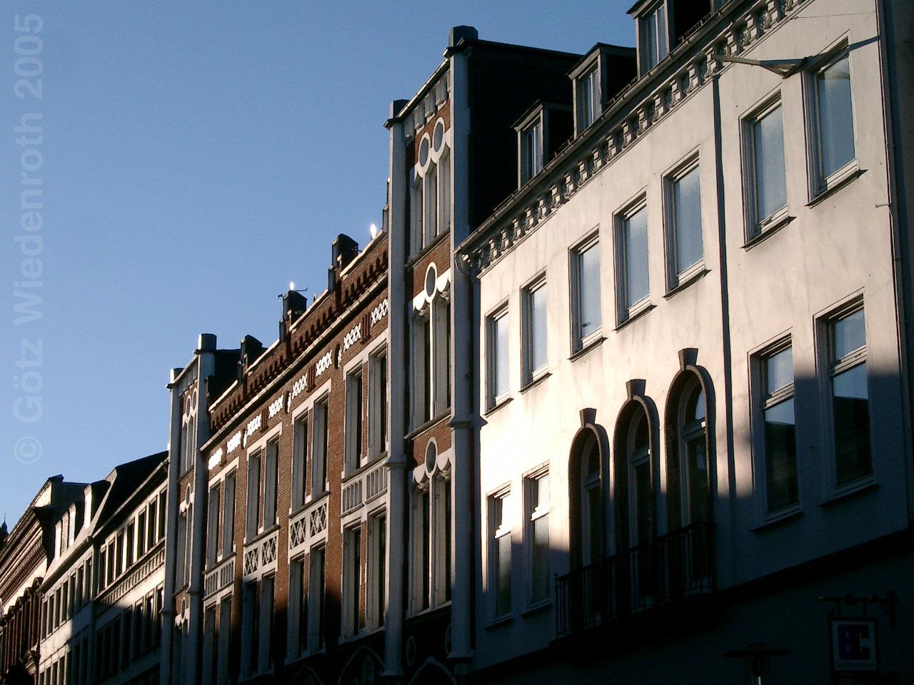 Rathausstra e bei sonntagswetter karikamur karikatur wiedenroth - Architektur flensburg ...