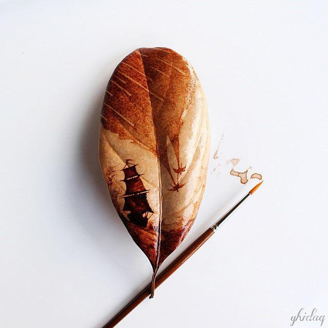Artista convierte su restos de café de la mañana en hermosas pinturas de hojas