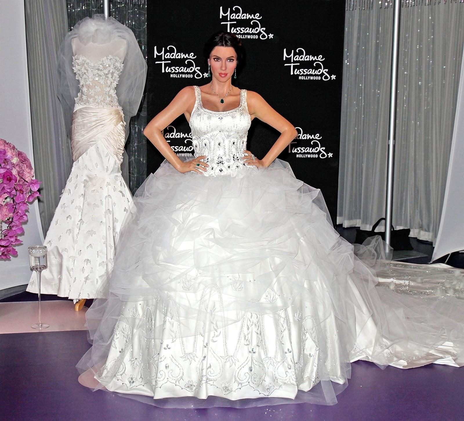 http://2.bp.blogspot.com/-BxC1dyZZVb8/TlevJHEKckI/AAAAAAAABVY/b9bsyyBC0aY/s1600/Kim+Kardashian%2527s+Three+Wedding+Dresses+Revealed%2521+2.jpg