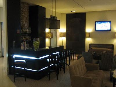 Varios dise os de bar dentro de la casa decorando mejor for Bares modernos para casas