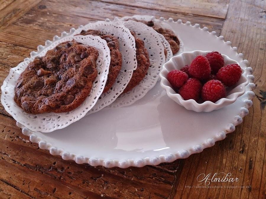 Cookies de chocolate con frambuesas, nueces y chips de chocolate