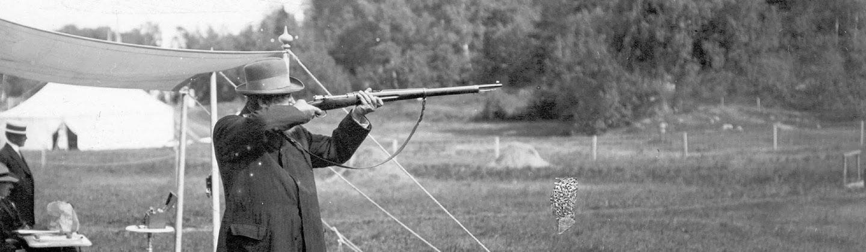 El tirador sueco Oscar Swahn en plena competición