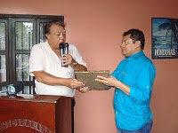 El Dr. Juan F Avila entrega homenaje al escritor Mario Berrios