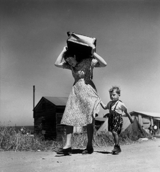 1949. Mujer llevando el equipaje acompañada de un niño. Haifa. Israel. Robert Capa