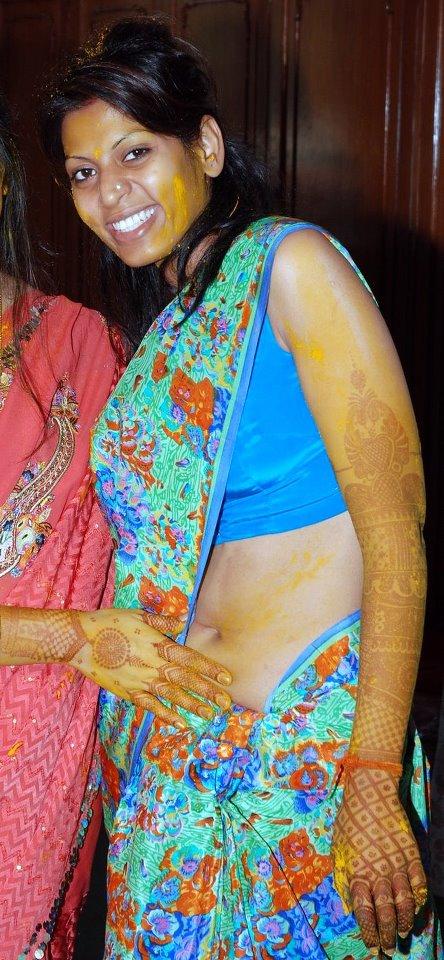 hot aunties saree below deep wide sexy navel exposing