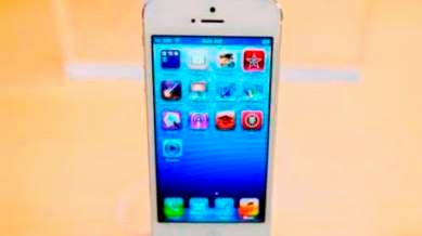 Το iPhone 5 κυκλοφόρησε το Σεπτέμβριο του 2012. Ήταν λεπτότερο και ελαφρύτερο από τα προηγούμενα μοντέλα, με ψηλότερη οθόνη.