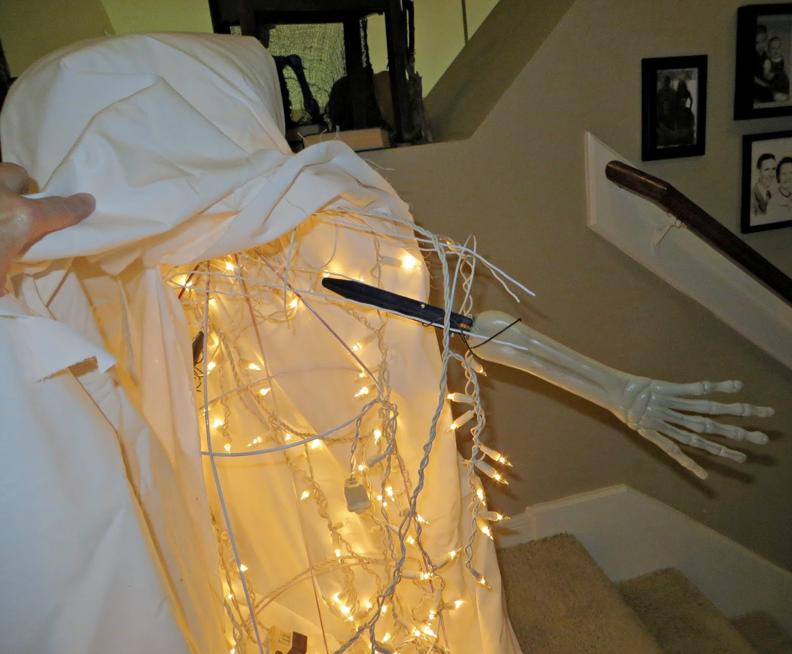 Spooky Halloween Decorations, creepy Halloween, Halloween DIY, tomato cage ghost, Dollar Tree