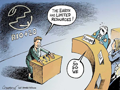 """""""A terra tem recursos limitados!"""" """"Nós também"""" responde a miserabilizada Europa.  """"A farra estatal é boa, mas um dia a conta chega"""", comenta Guilherme Fiuza.  Charge do International Herald Tribune"""