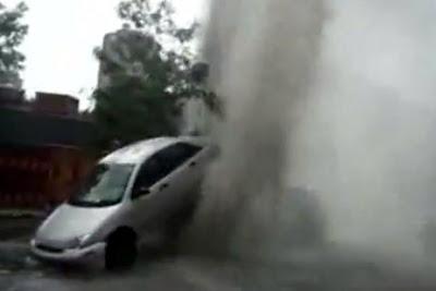 マンホールから水が噴出