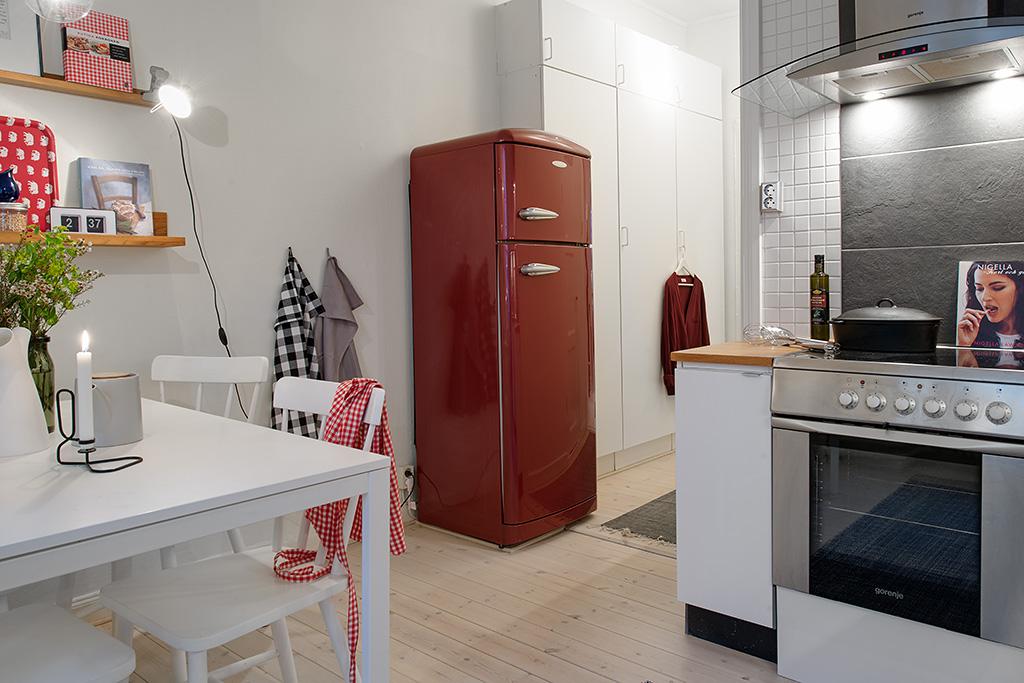 Detalle nevera roja en cocina pequeña