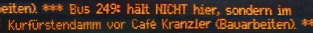 Laufschrift Bushaltestelle mit komischer Grammatik