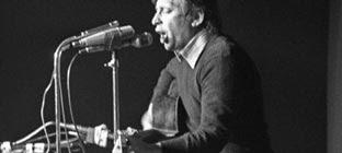 Raimon, en un concierto en Madrid dos meses después de morir Franco. EFE