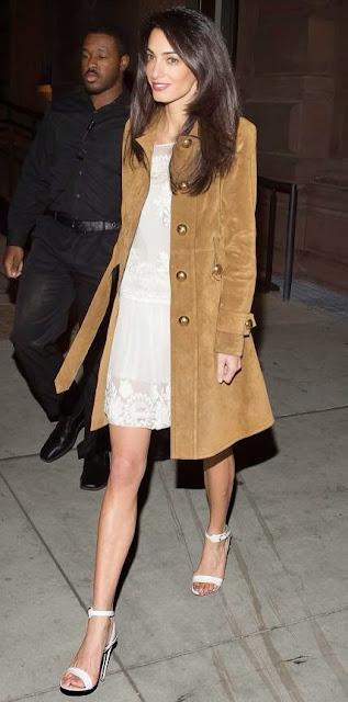 Amal Alamuddin, Amal Clooney casaco de camurça e vestido de renda