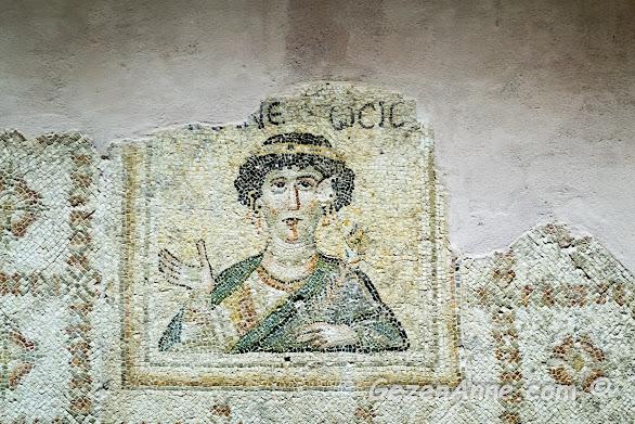 Hatay Arkeoloji Müzesi'nde süslü kadın mozaiği