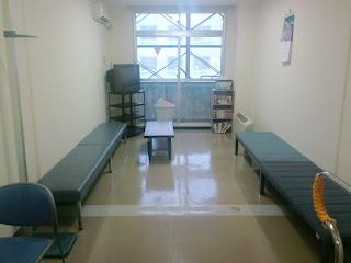 写真:談話室は10帖くらいで左右の壁に長椅子。