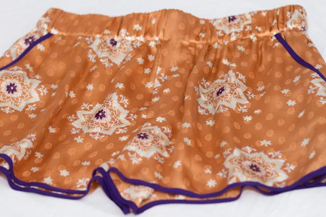 Shorts de seda y estampado oriental de Zara