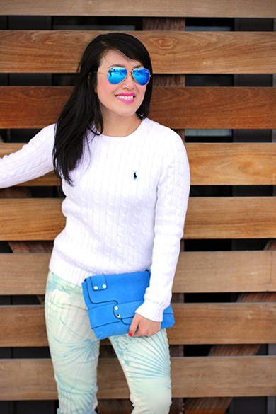 White Raph Lauren cable knit crewneck sweater with Ray-Ban mirrored matte classic aviator sunglasses in gold/blue