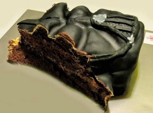 Corte del pastel, bizcocho y relleno de chocolate