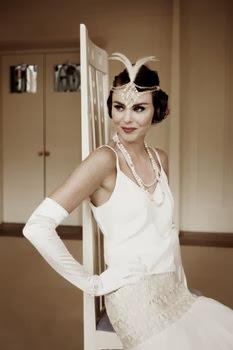 robe de mariée ivoire blanche simple élégante en soie sauvage plumes d'autruche