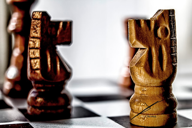 Detalle de dos caballos de ajedrez en oposición en fotosmacro.blogspot.com