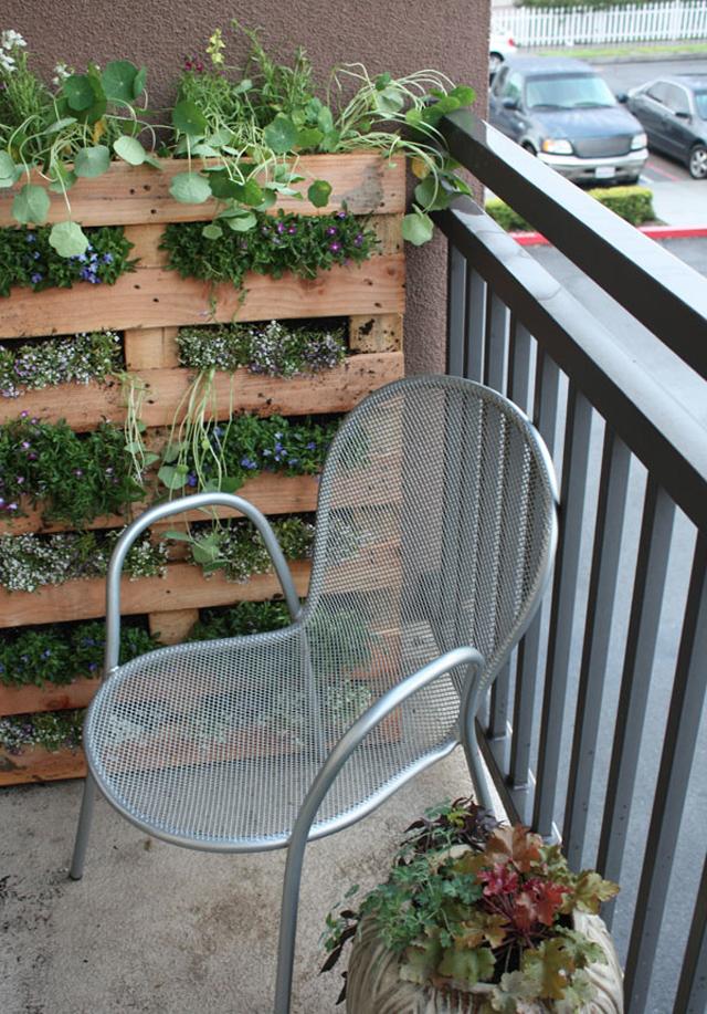 Sacada de apartamento ganha jardim vertical em palete de madeira