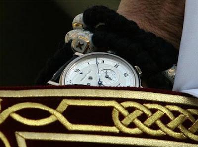 Крупный план часов патриарха кирилла Гундяева.