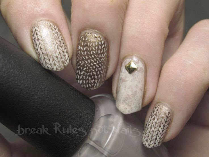 Nail art dorata a tema knitting