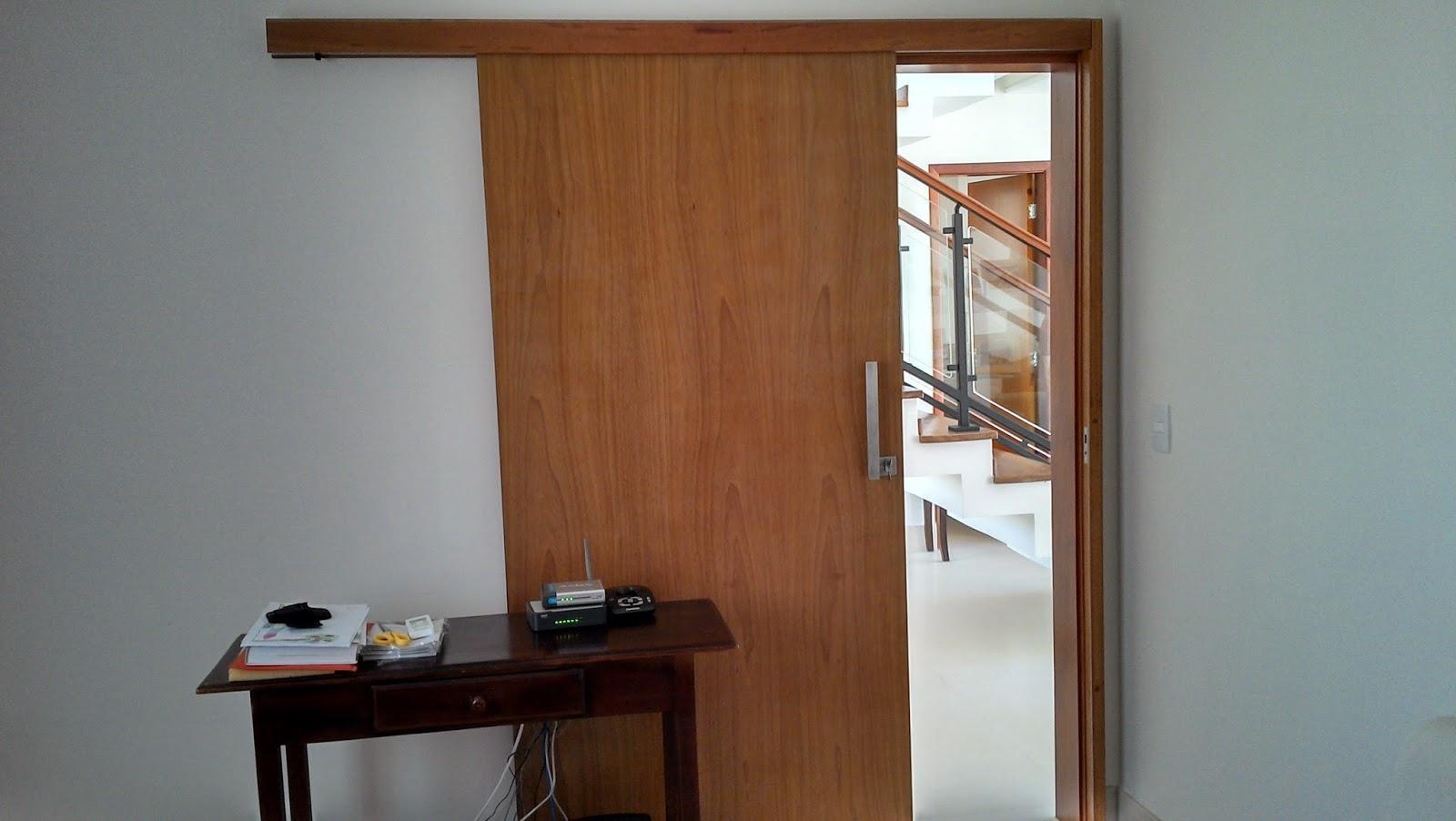 #76482A  em um porta de correr com trilho superior embutido na madeira 1184 Portas E Janelas De Madeira Em Montes Claros