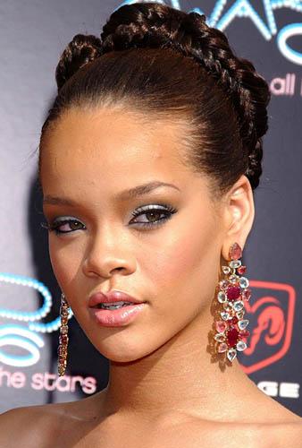 Rihanna değişik gergin saç örgüsü topuzu ile göz alıcı görünmektedir.